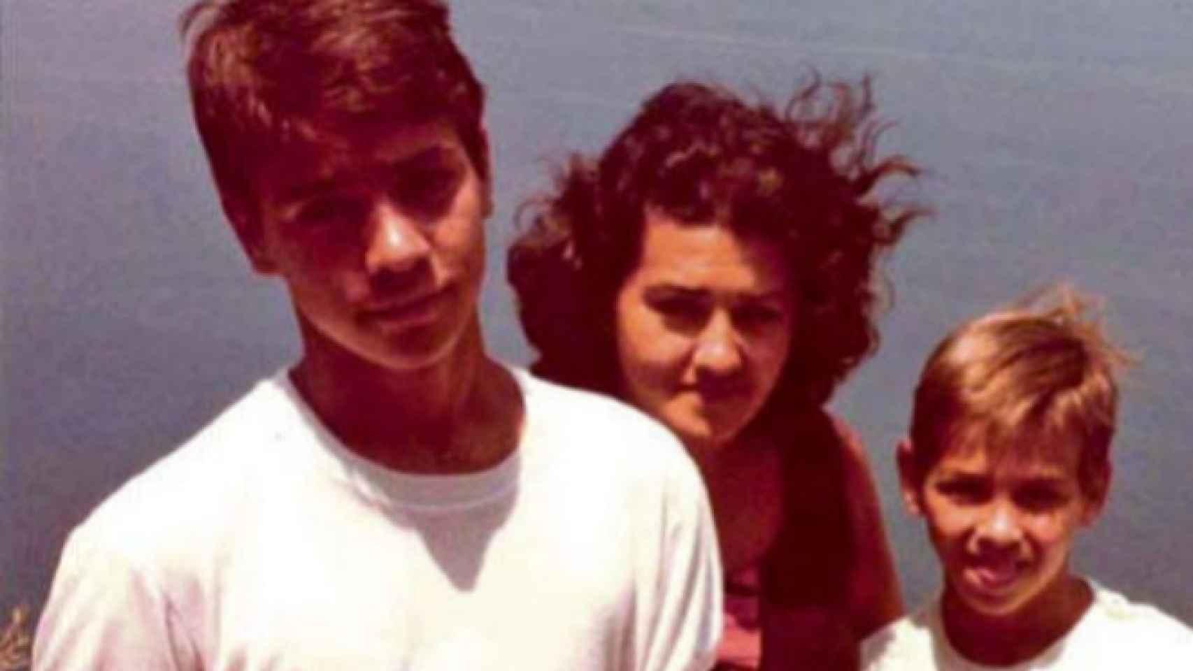 Pedro Sánchez (iqda), su madre (centro) y su hermano David (dcha) en Mallorca en 1983