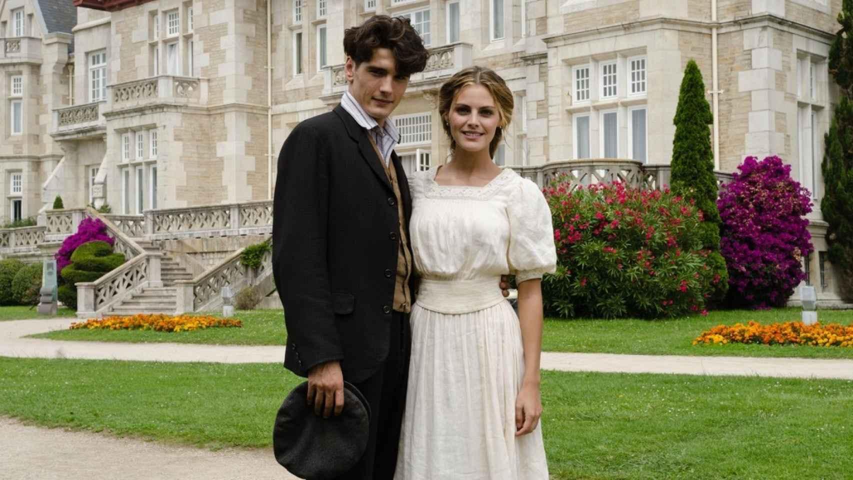 Yon González y Amaia Salamanca en el Palacio de la Magdalena durante el rodaje de Gran Hotel