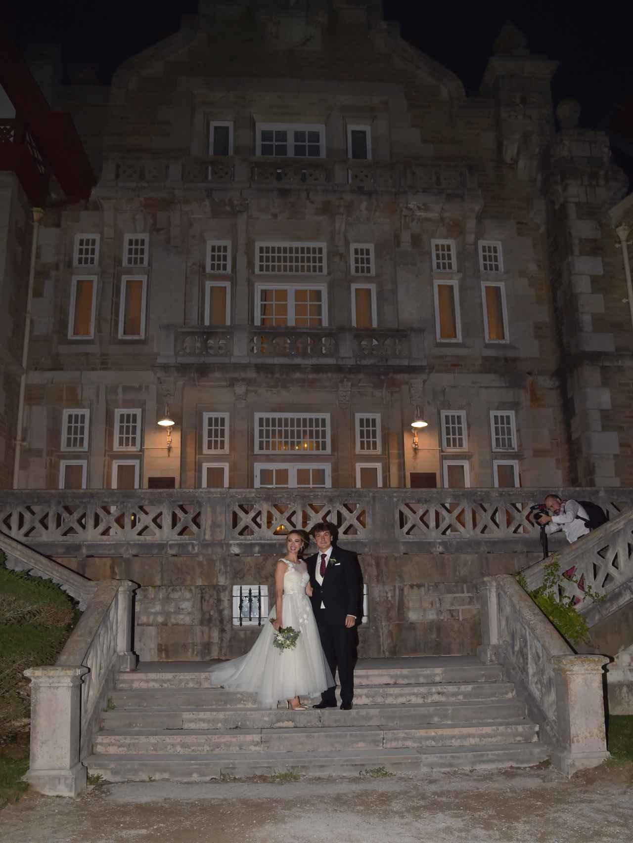 Marta Hazas y Javier Veiga posan en las escalinatas del palacio de la Magdalena tras el enlace