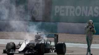 Hamilton después de que se rompiera el motor de su Mercedes.