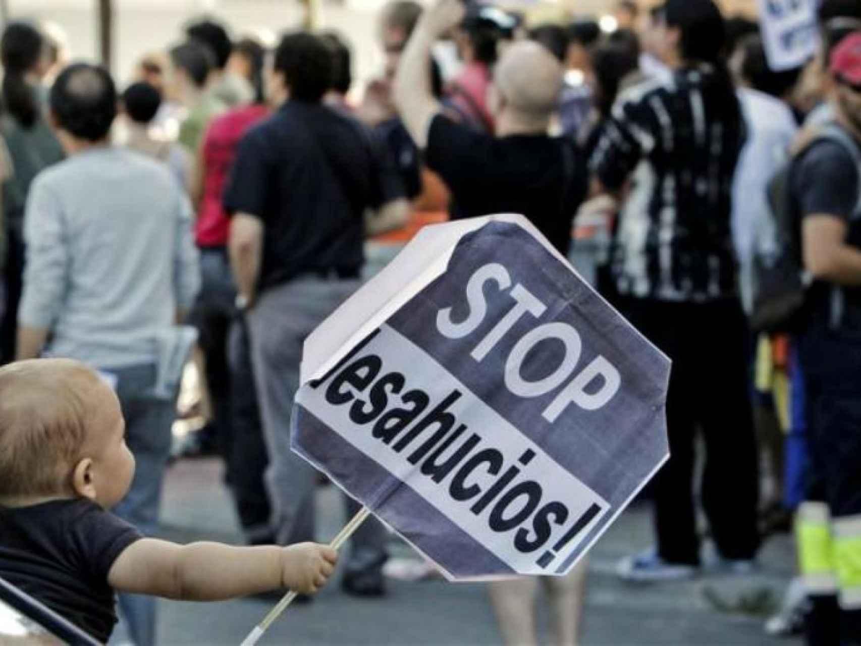 Un bebé en una manifestación contra los desahucios.