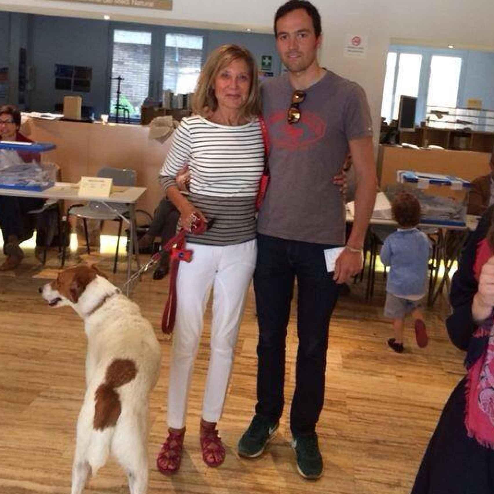 Pilar Eyre con su hijo, Ferri, y su perro, Fender.