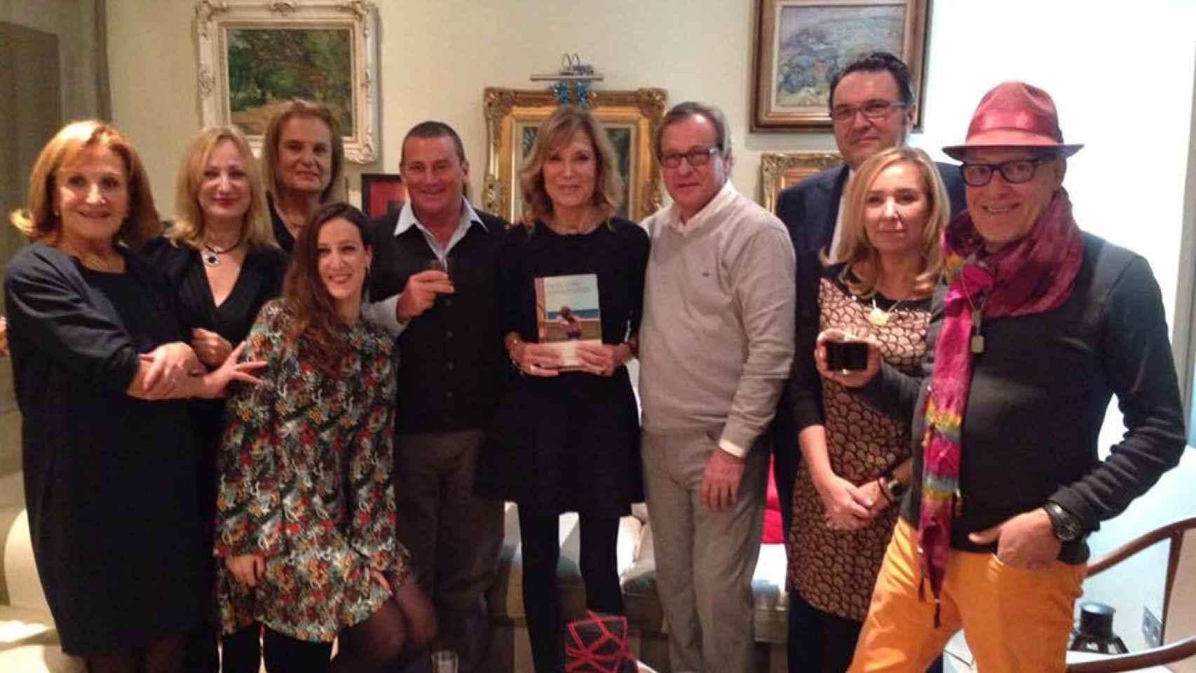 Pilar Eyre, en el centro con uno de sus libros, rodeada de sus amigos de Llafranc.