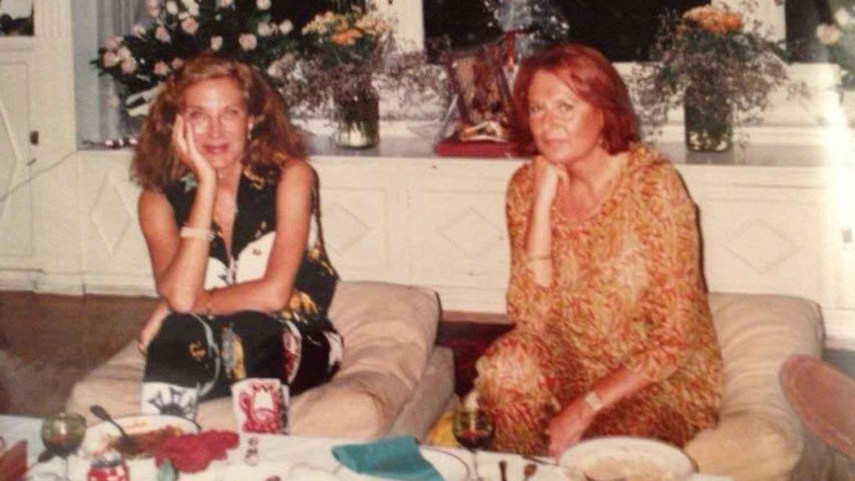 Pilar Eyre y su hermana Olga, en la época de reportera e Interviu.