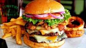 Una hamburguesa rica en grasas.