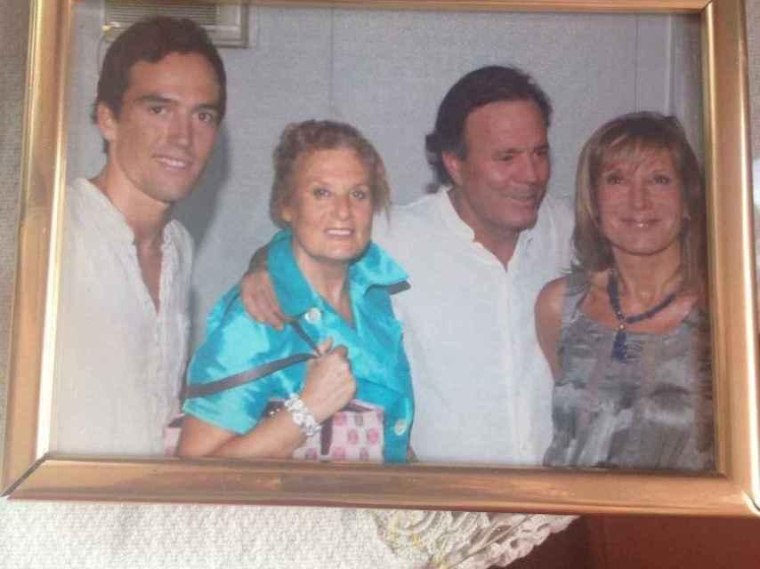 Pilar Eyre (dcha.) con su hermana Olga, su hijo, Ferri, y Julio Iglesias.