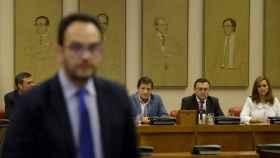 Antonio Hernando, con la gestora del PSOE detrás.