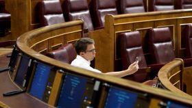 Iñigo Errejón posa delante de su móvil con lo que parece una insinuante expresión.