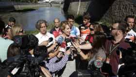Esperanza Aguirre atiende a los medios a orillas del Manzanares.