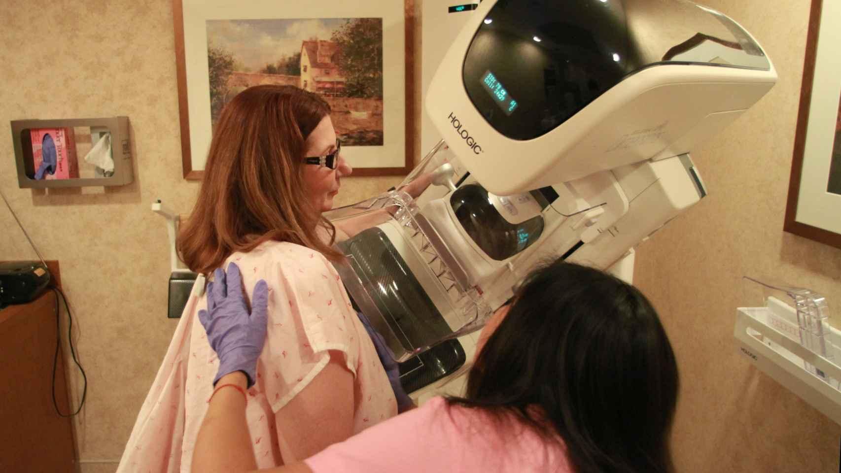 Los ginecólogos planean recomendar mamografías a partir de los 35 años.