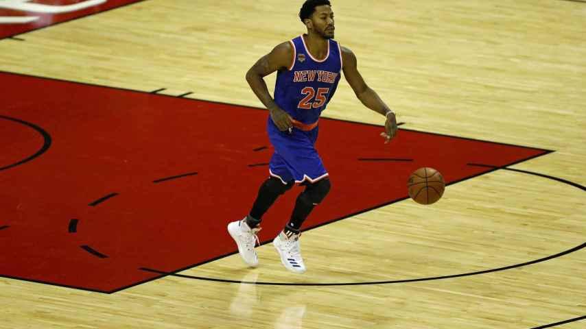 Derrick Rose controla el balón frente a los Houston Rockets.