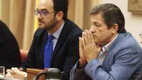 El presidente de la gestora del PSOE, Javier Fernández, y Antonio Hernando.