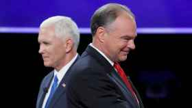Tim Kaine (en primer plano) y Mike Pence, durante el debate entre aspirantes a vicepresidentes.