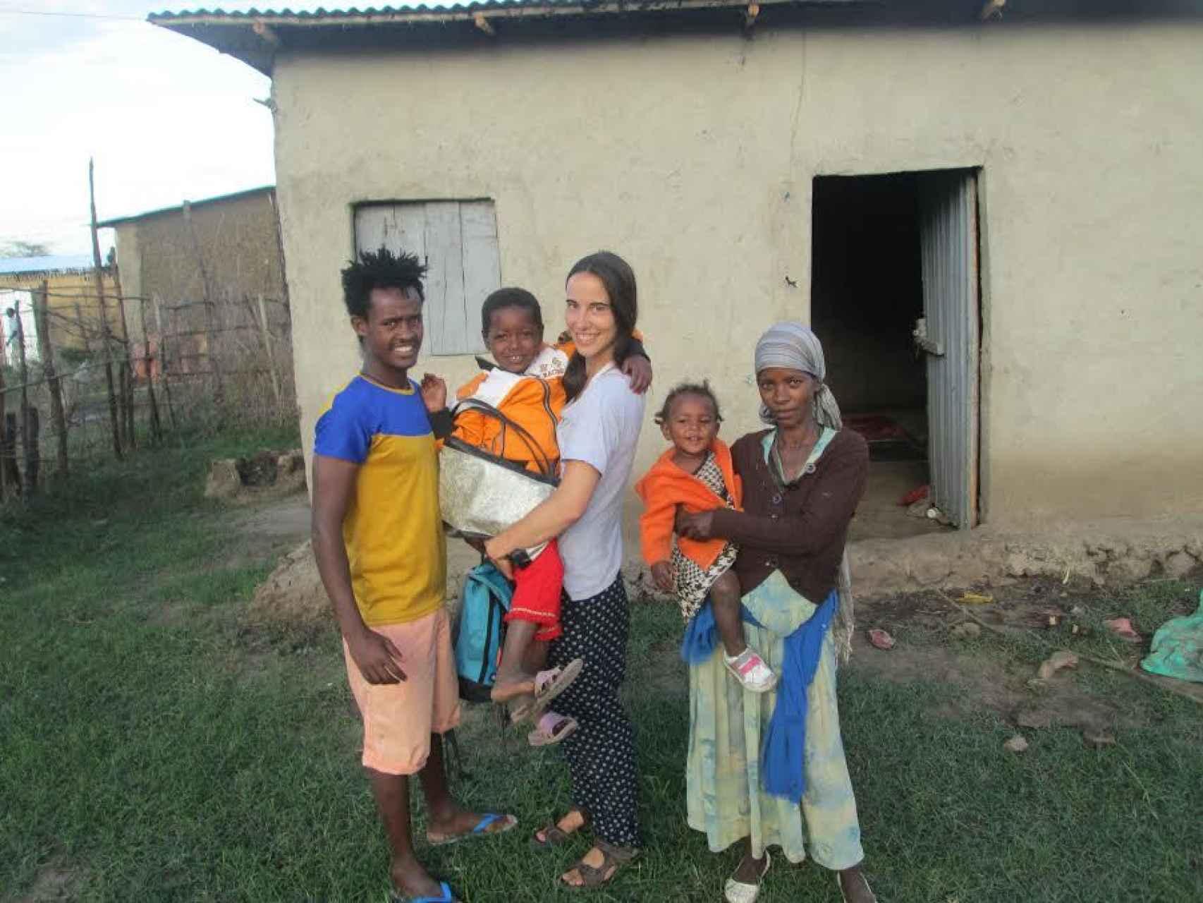 Elena de los Frailes con una familia apadrinada en Denaderu (Etiopía)