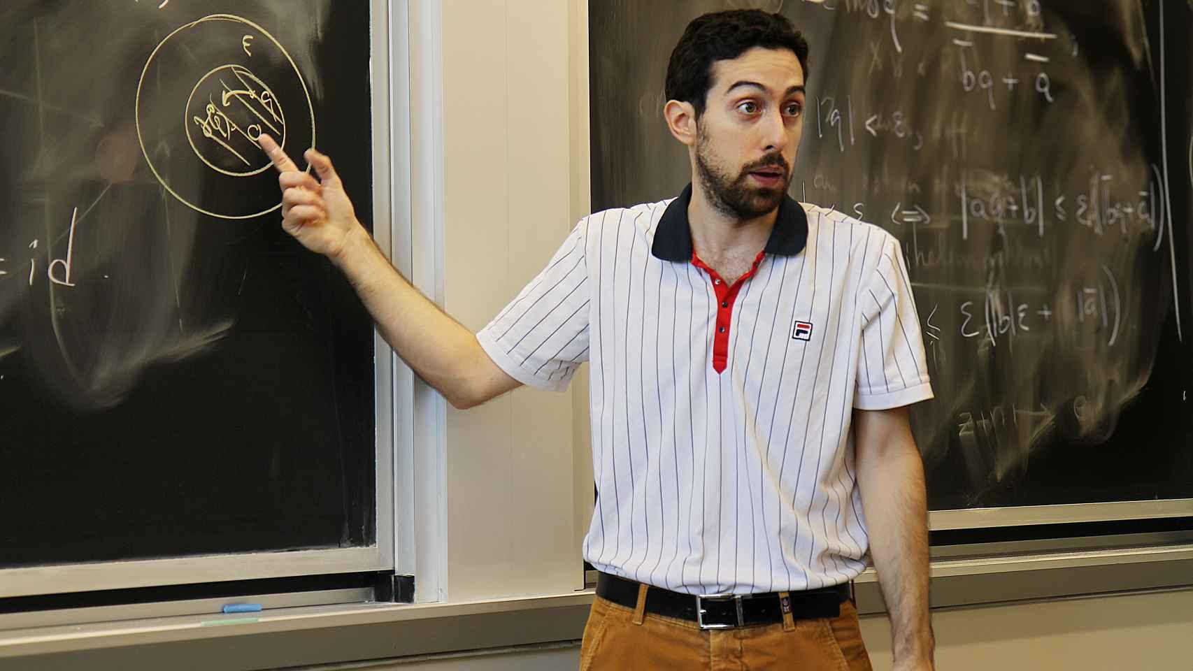 El matemático español, dando clase.