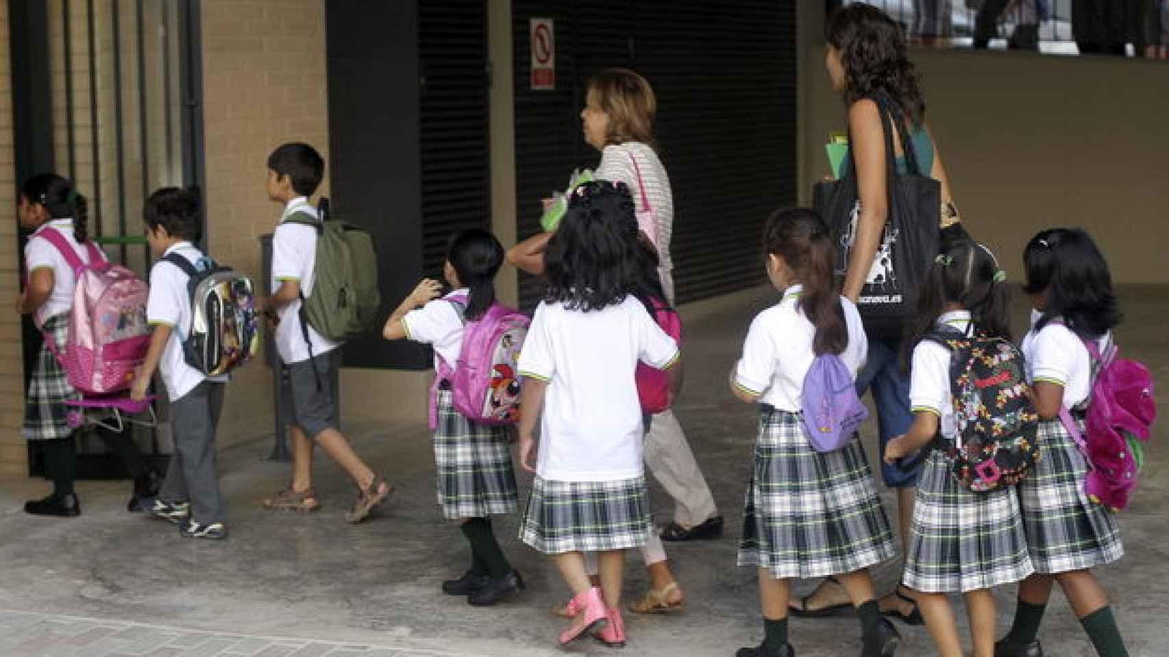 Más de 20 asociaciones feministas han firmado el manifiesto contra la falda escolar