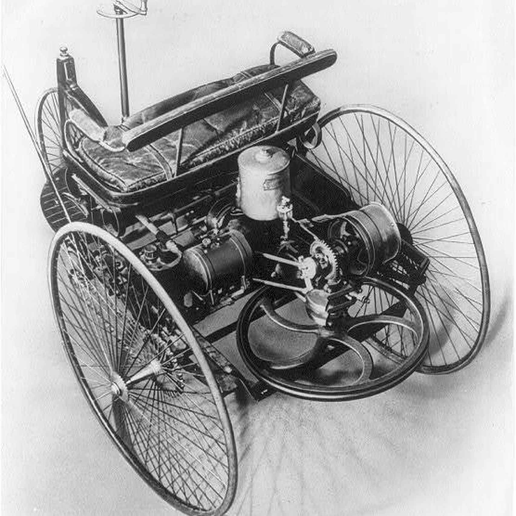 El vehículo de tres ruedas de Benz de 1885, que intentaba crear un automóvil de cero, no basado en el coche de caballos.