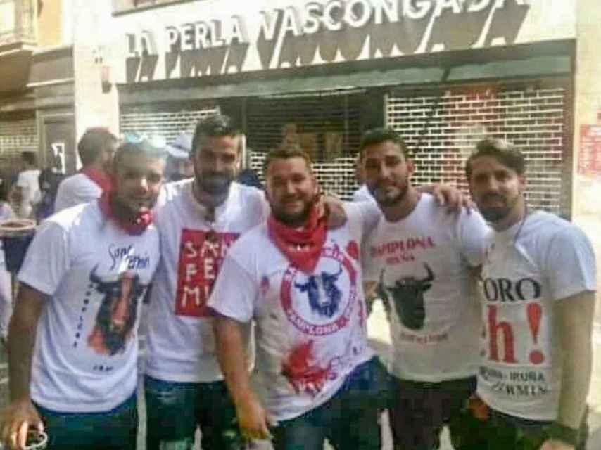 Los cinco amigos detenidos, de izquierda a derecha: Ángel Boza, Antonio Manuel Guerrero, José Angel Prenda, Jesús Escudero y Alfonso Jesús Cabezuelo.