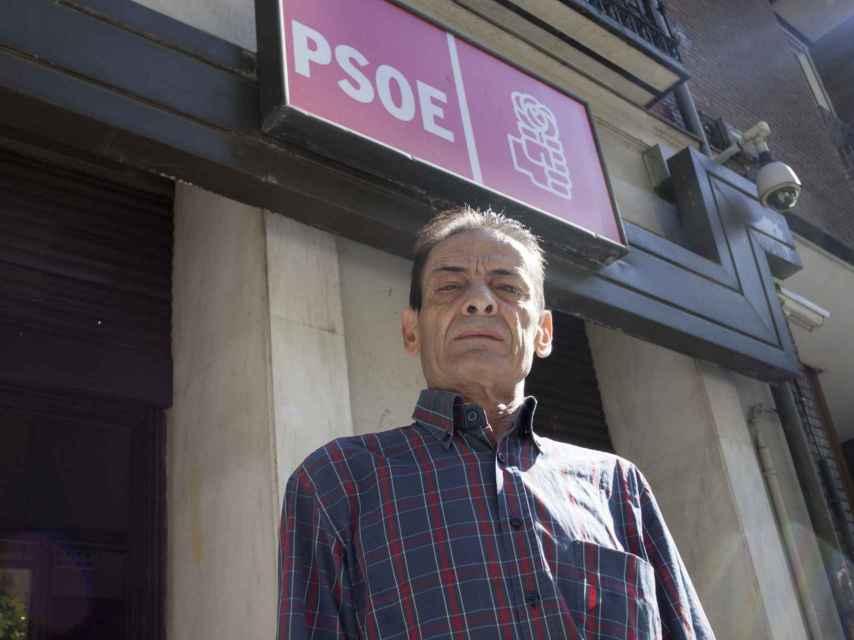 Ramón Aparicio, junto a la sede del PSOE, que está enfrente de su bar, el Gaona.