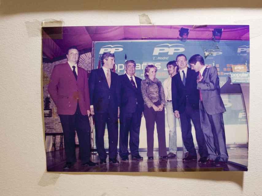Ramón Aparicio tiene esta foto colgada (con políticos del Partido Popular) en su taberna.