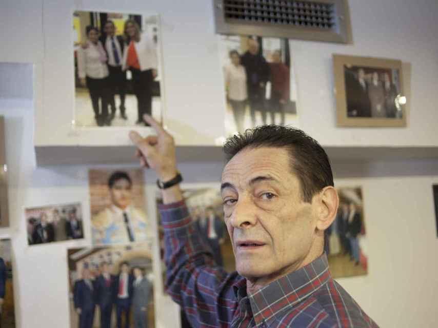 Ramón Aparicio señalando su foto con Susana Diaz, colgada en la pared de la taberna.