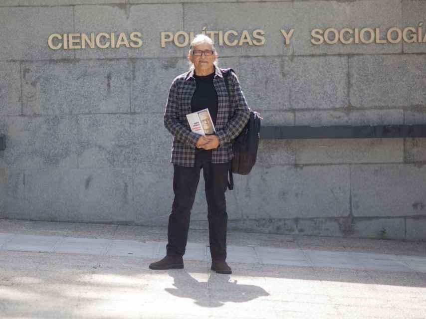 El profesor posa con su último libro, 'La república catalana'.