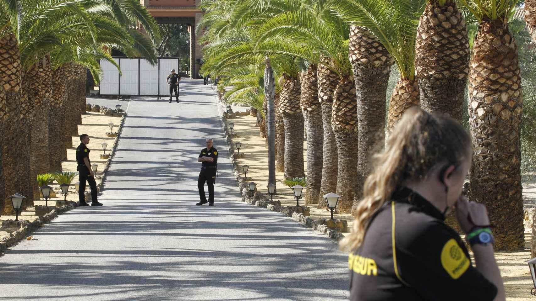 El personal de seguridad vigila todo el perímetro de la finca