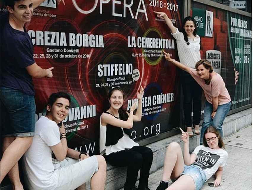 Miembros de la iniciativa Gazteam, de la Asociación Bilbaína de Amigos de la Ópera, ABAO.