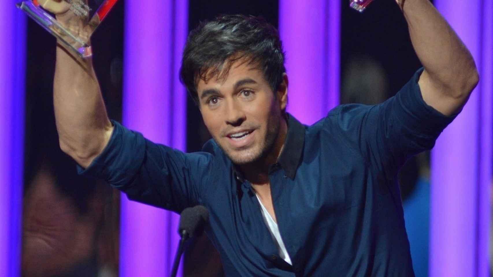 Enrique Iglesias con sus premios en los Latin American Music Awards.