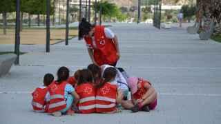 Varios niños escuchan las explicaciones de su monitora.