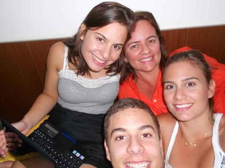 Patrick junto a sus hermanas y su madre.