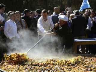 Mariano Rajoy ayuda a cocinar una paella en el acto celebrado en Zaragoza.