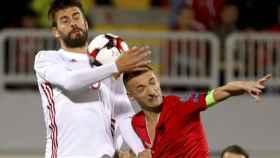 Piqué en el partido en Albania.