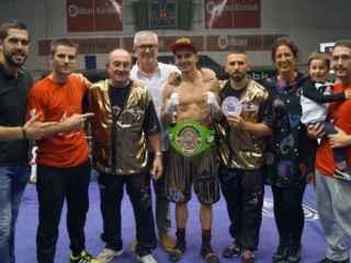 Jon Fernández celebra su título de campeón del mundo con los suyos.