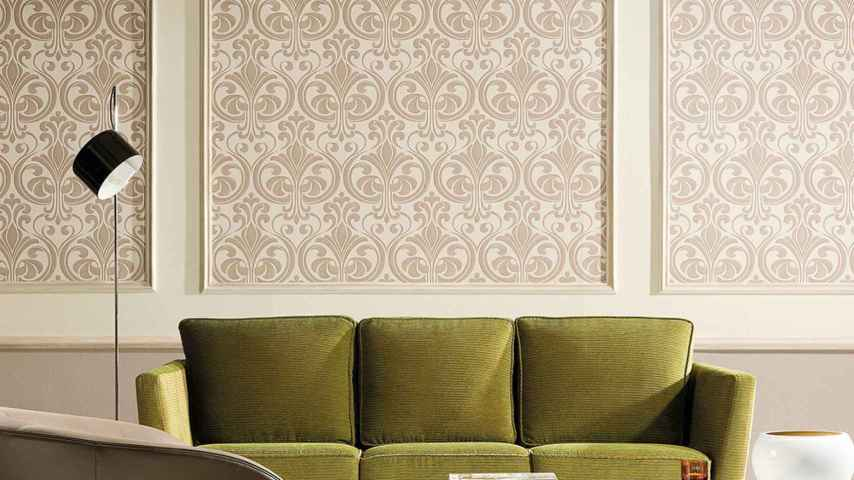 Cuarterones de papel pintado con moldura de madera, de Leroy Merlín.
