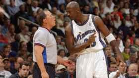 Jordan charla con un árbitro en su época en los Wizards.