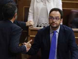Los diputados socialistas Eduardo Madina (i) y Antonio Hernando conversan.