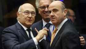 Guindos conversa con su colega francés, Michel Sapin, durante el Eurogrupo
