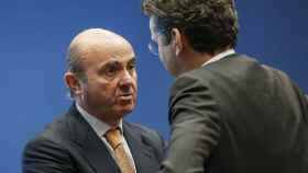 Guindos conversa con el presidente del Eurogrupo, Jeroen Dijsselbloem