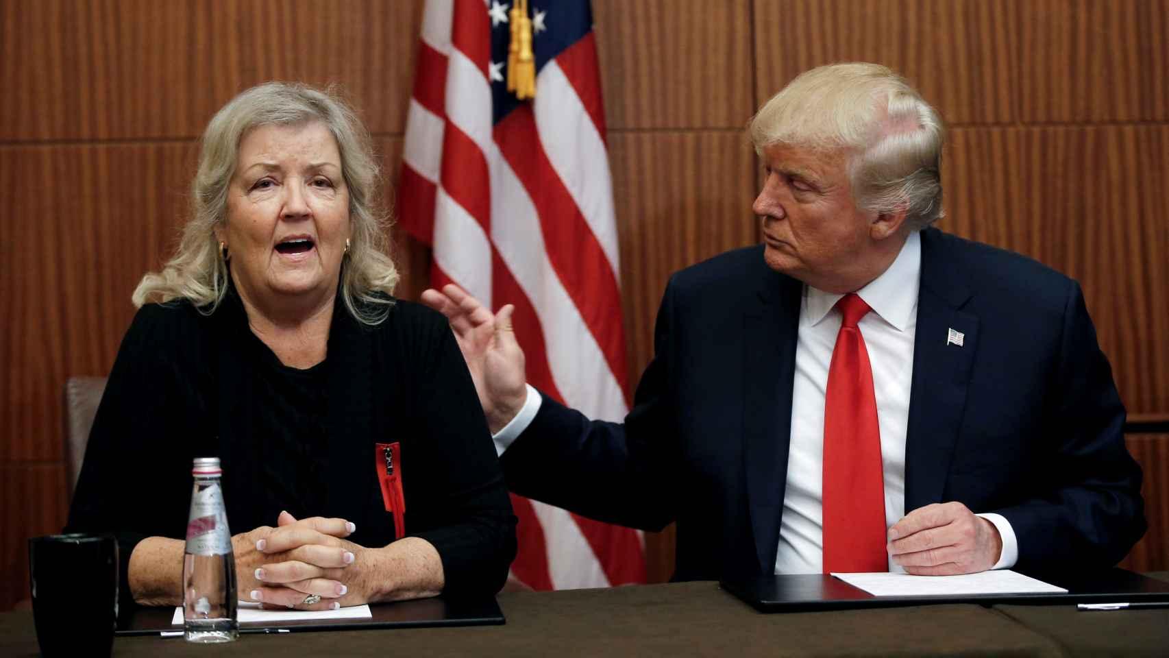 Donald Trump, en la rueda de prensa junto a Juanita Broaddrick.
