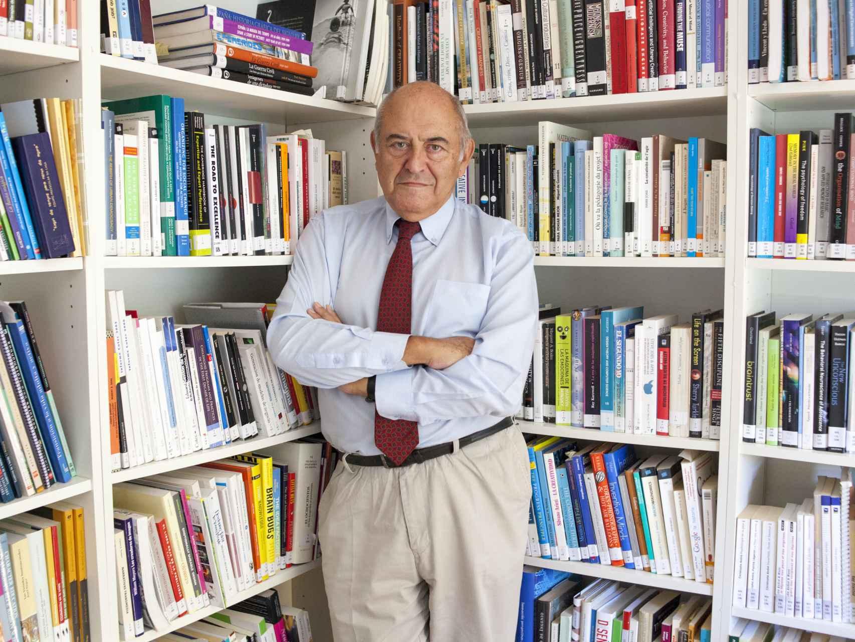 José Antonio Marina en su biblioteca de la Universidad para padres