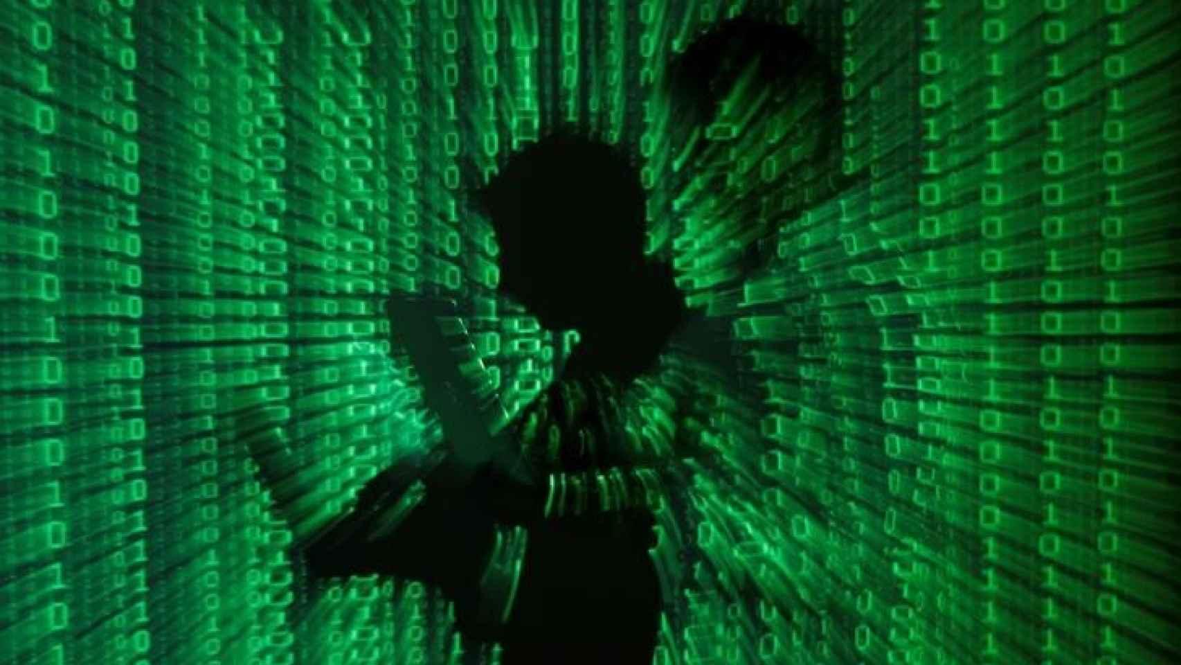 Ilustración de un hombre tecleando sobre un código binario.