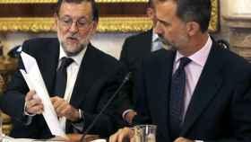 El rey Felipe VI y el presidente del Gobierno en funciones, Mariano Rajoy, conversan este martes en el Palacio Real de Aranjuez .