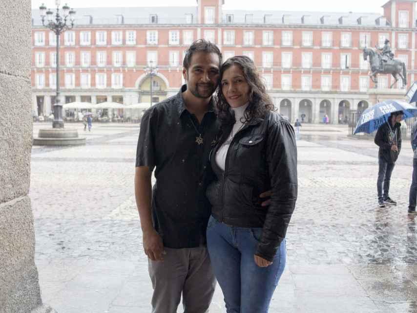 Pablo Andrés y Marta Isabel son raelianos y participaron en la manifestación contra la Hispanidad
