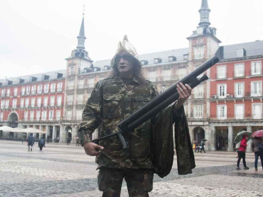 Un hombre disfrazado de militar con casco de conquistador español