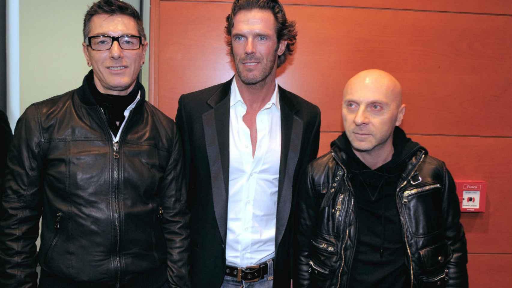 En el centro, Mario Cipollini, junto a los diseñadores Dolce y Gabbana.