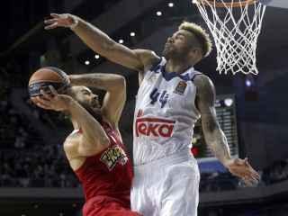 Spanoulis intenta anotar ante Taylor en el Madrid-Olympiacos.
