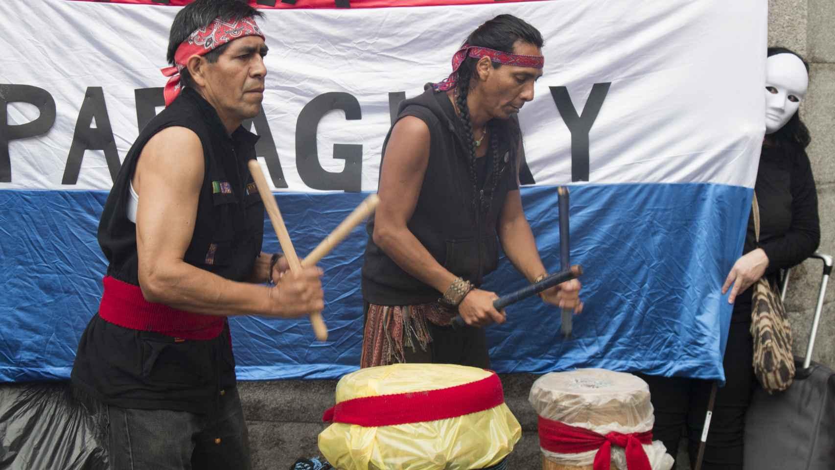 Manifestantes tocan tambores en el desfile contra la Hispanidad