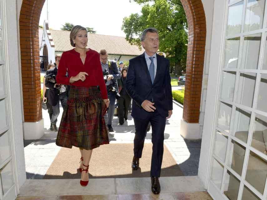 La esposa del rey Guillermo y Macri se dirigen al interior de la residencia presidencial.