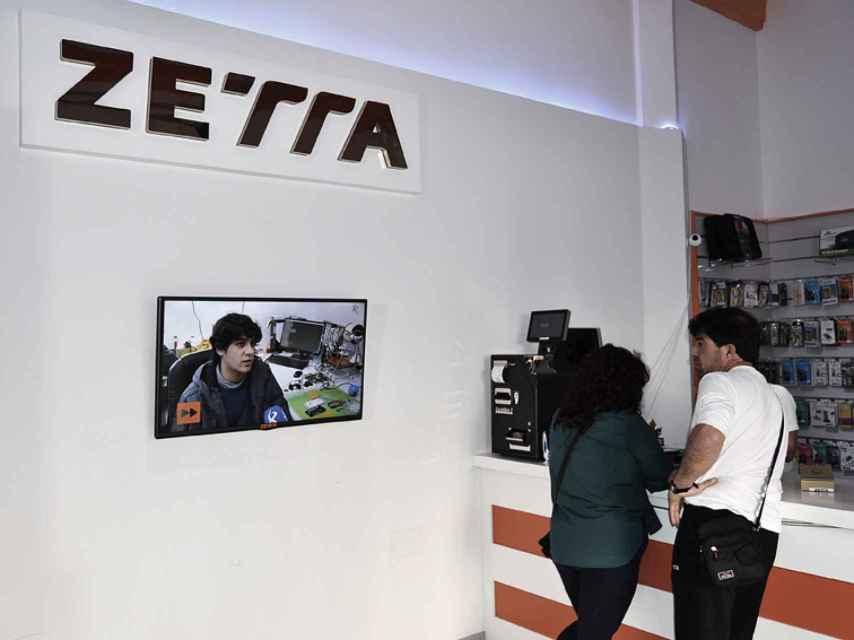 En el interior de la tienda, cuidada al milímetro, una pantalla muestra a Unai explicando su producto.